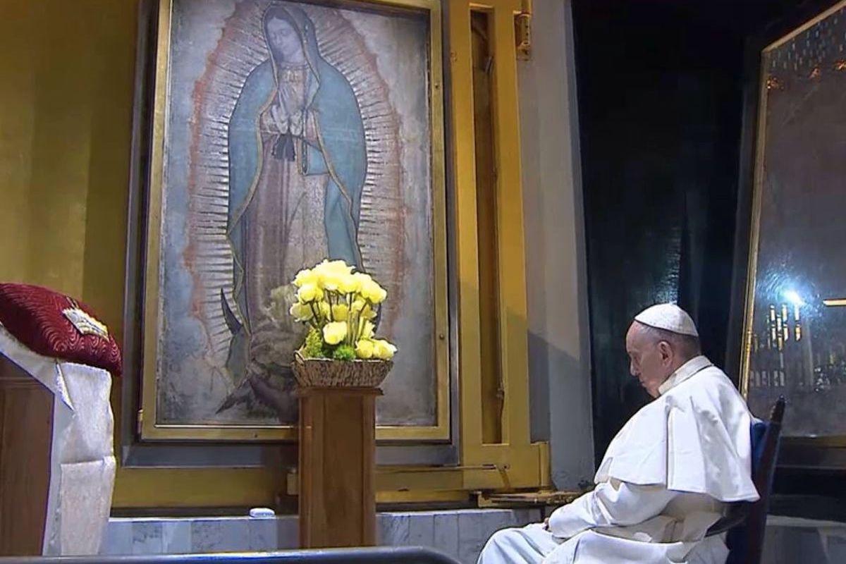 El Papa Francisco en oración frente a la imagen de la Virgen de Guadalupe.