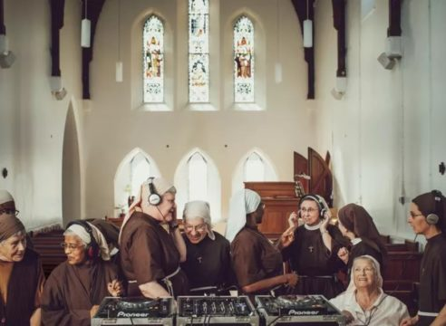 Clarisas llevan su música a las listas de discos más vendidos de Inglaterra