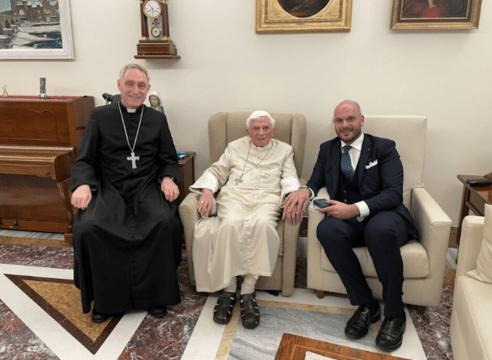 El Papa Emérito Benedicto XVI reaparece sonriente en fotografía