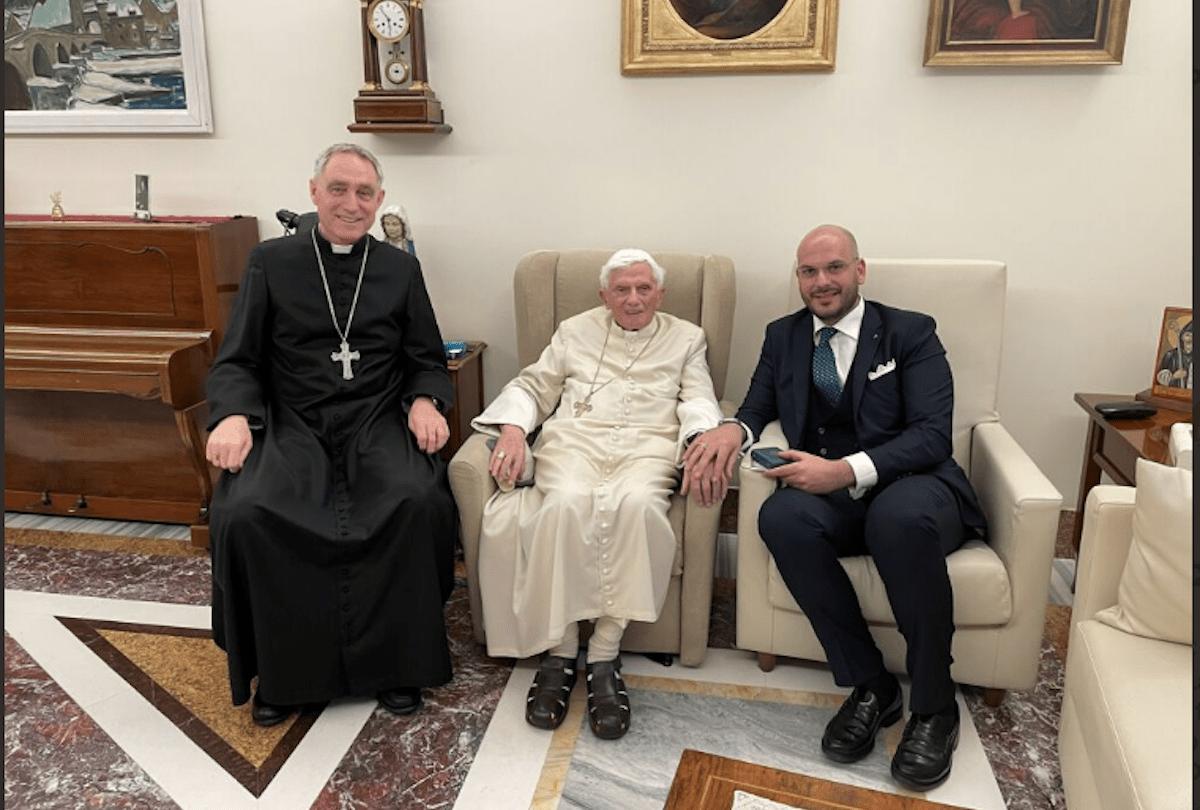En la fotografía, se ve al Papa Emérito Benedicto XVI sonriente y en buen estado de salud.