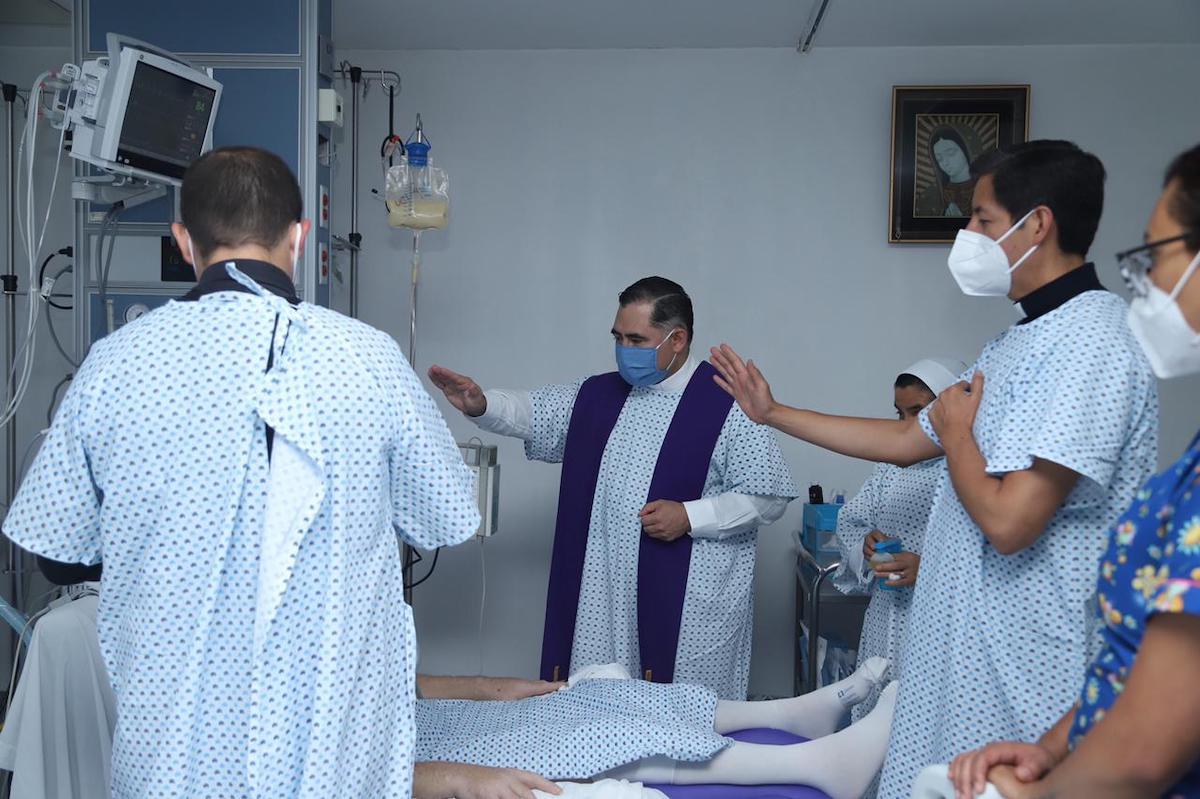 Monseñor Carlos Samaniego visitó a quienes se recuperan de Covid-19 en el Hospital MIG. Foto: María Langarica