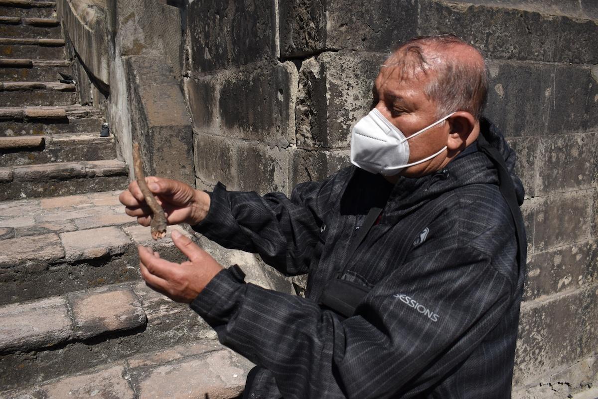 Doctor Pablo Torres, biólogo encargado de la erradicación de la flora nociva en la Catedral Metropolitana.