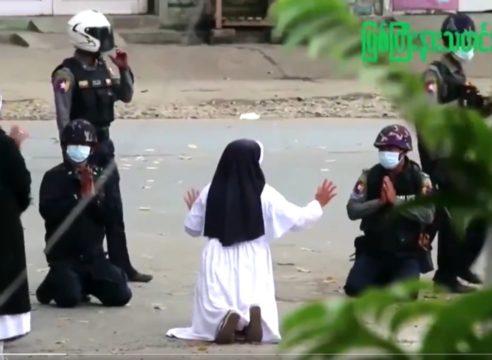 Monja en Myanmar a policías: 'Mátenme a mí, no a los manifestantes'