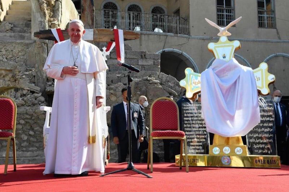 El Papa Francisco junto al monumento conmemorativo en Mosul, Irak. Foto: Vatican Media