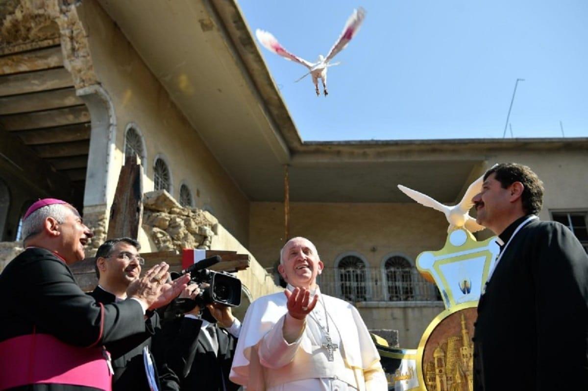 El Papa Francisco libera una paloma en Mosul, Irak. Foto: Vatican Media.