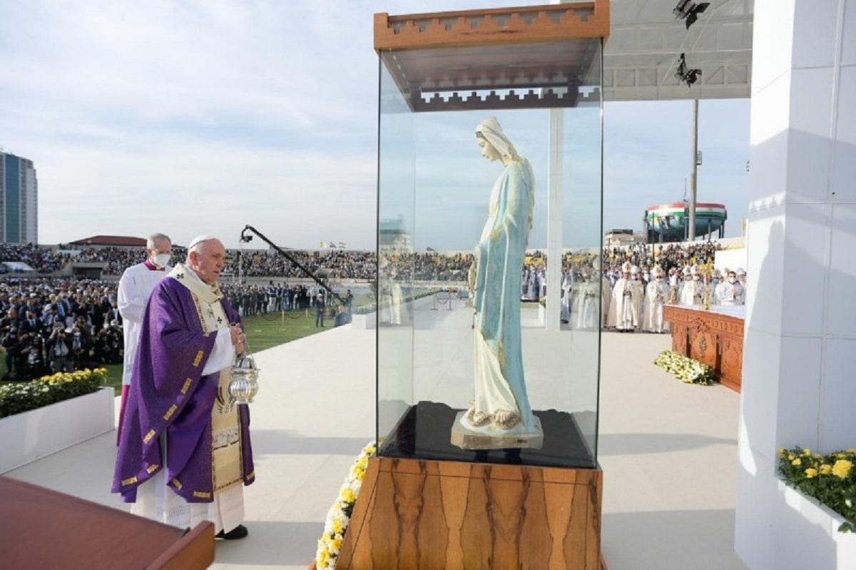 En la Misa en Irak, el Papa bendijo una imagen de la Virgen María que fue vandalizada por extremistas. Foto: Vatican Media.