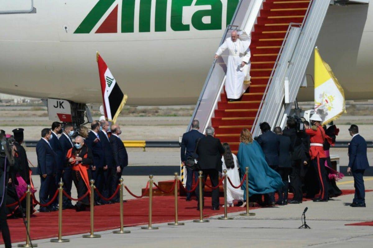 El Papa Francisco a su llegada al aeropuerto de Bagdad. Foto. Vatican News.
