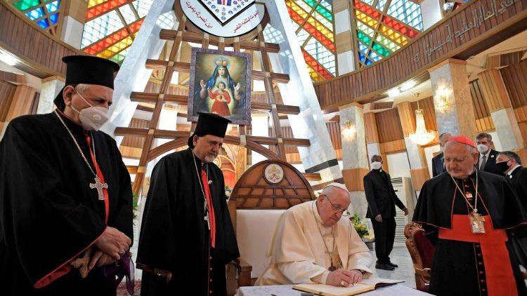 El Papa Francisco firma el Libro de Honor de la Catedral de Bagdad. Foto: Vatican Media.