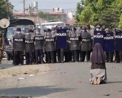 Religiosa de Myanmar se arrodilla ante la policía y salva a manifestantes