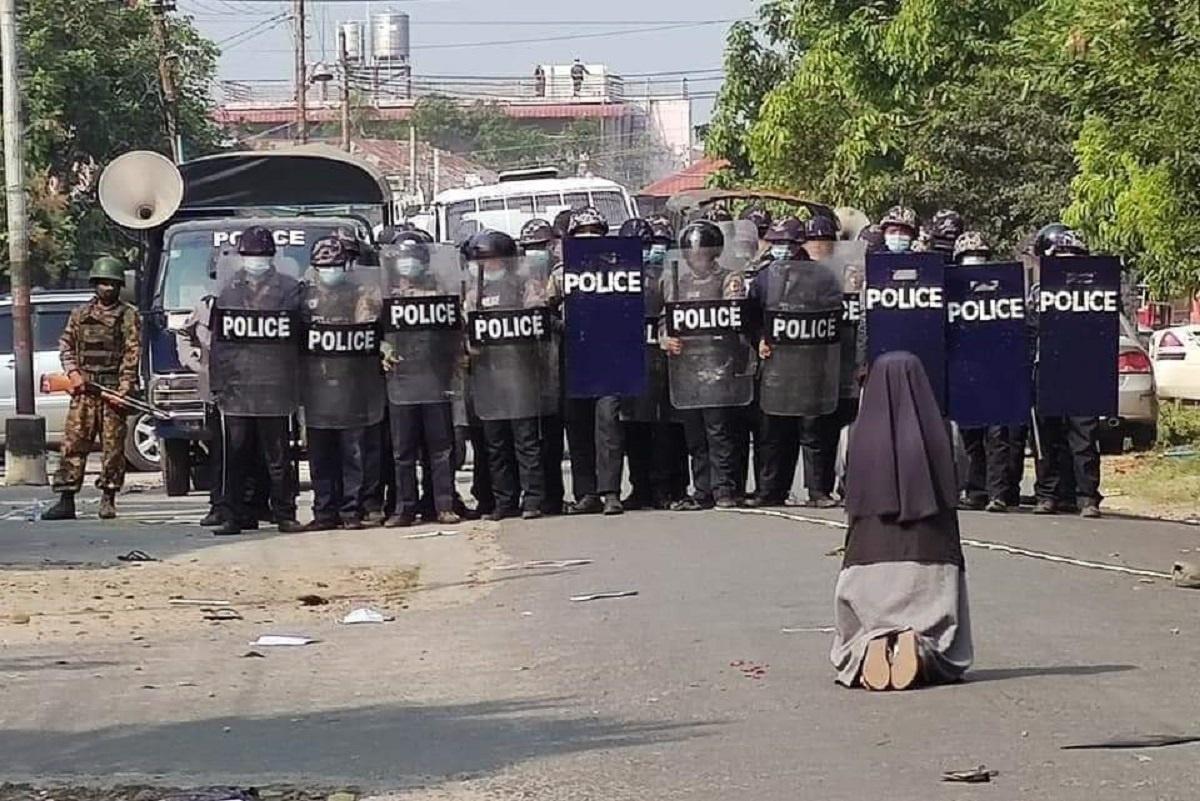 La hermana se arrodilló ante los policías el pasado 28 de febrero en Myanmar. Foto: Cardenal Charles Bo/Twitter.