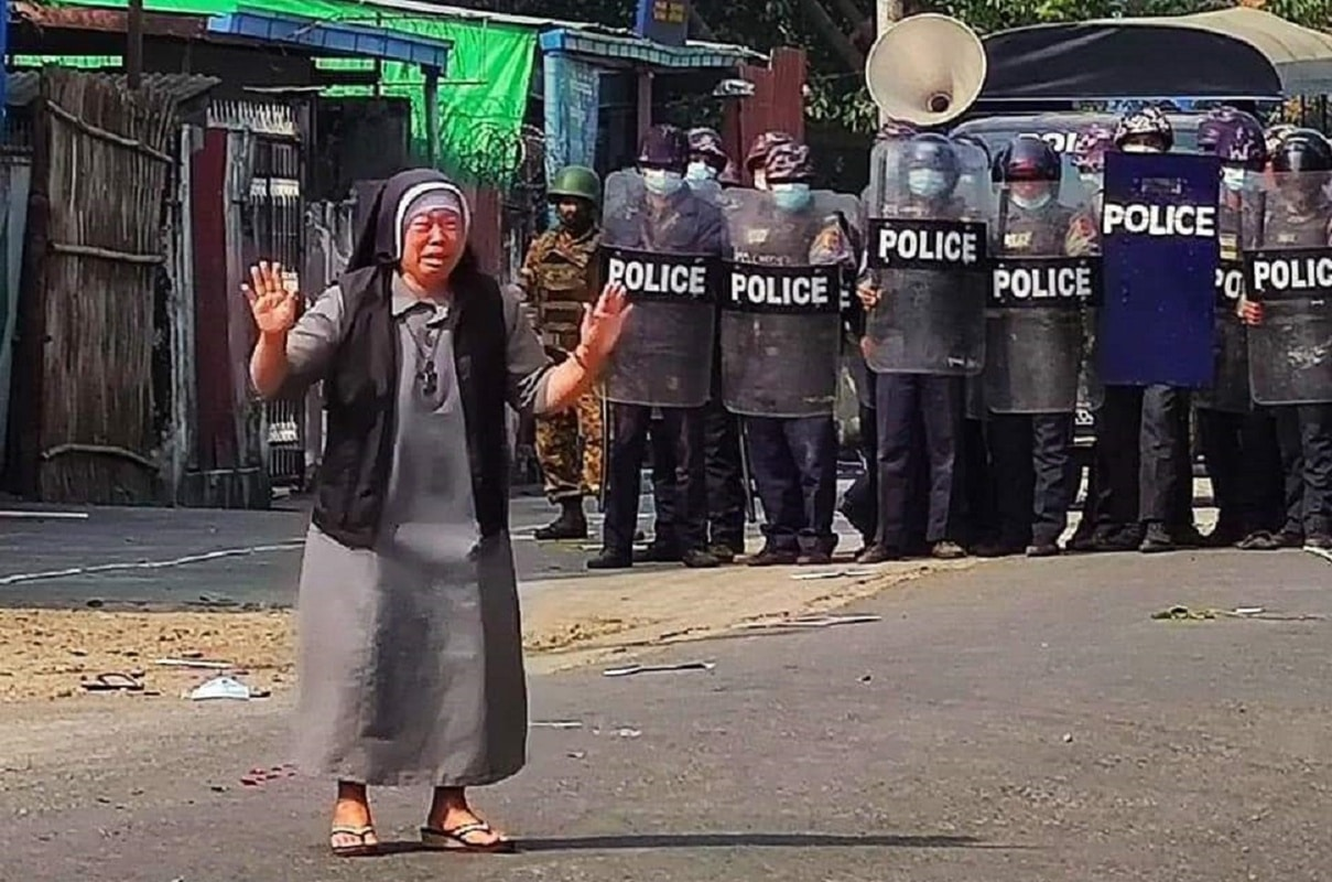 La religiosa lloraba cuando se colocó ante la fila de policías en Myanmar, suplicando que no atacaran a los manifestantes.