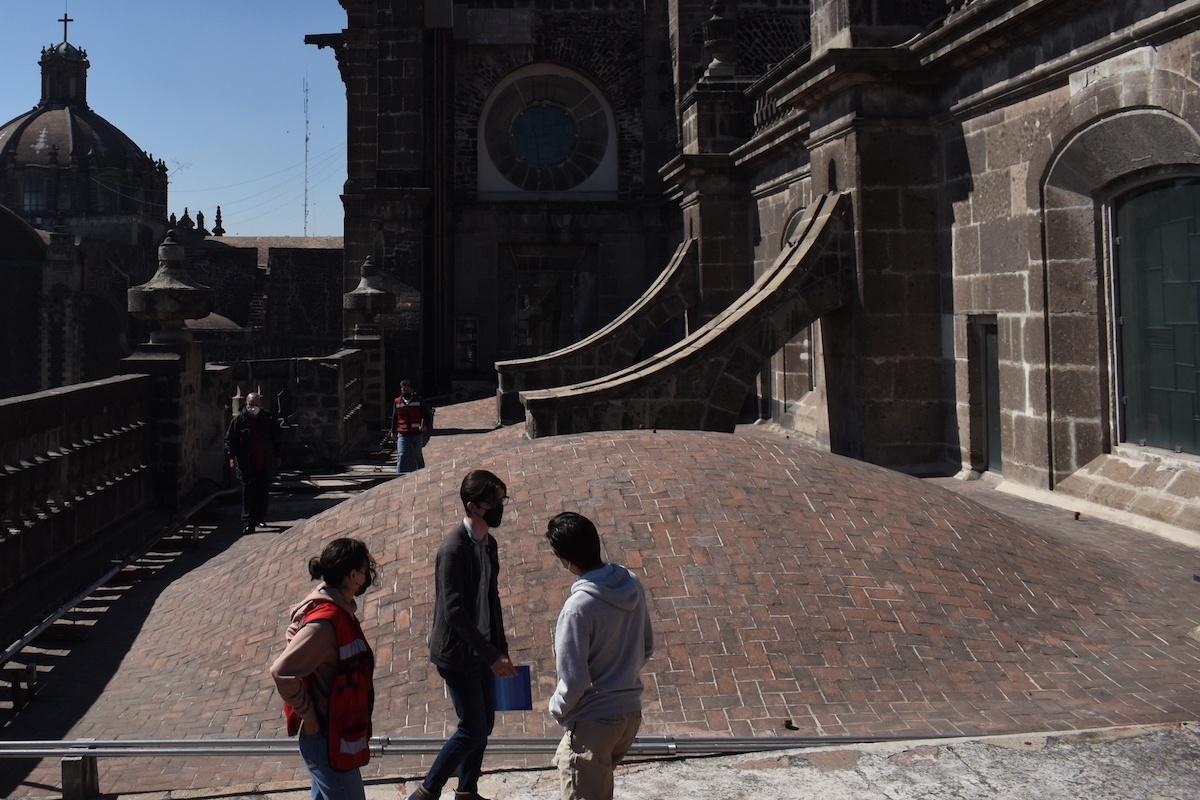 El biólogo Pablo Torres capacita a voluntarios y empleados de Catedral Metropolitana para labores de mantenimiento.