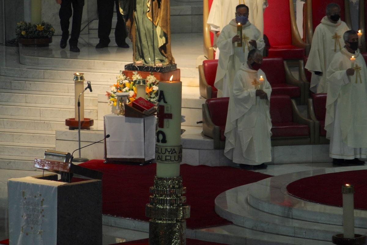 El cirio pascual de la Basílica de Guadalupe durante la Vigilia Pascual. Foto: INBG