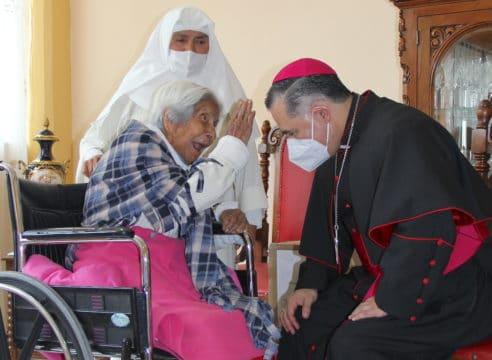 Venció 2 veces al Covid; celebrará 111 años con fe, alegría y tequila