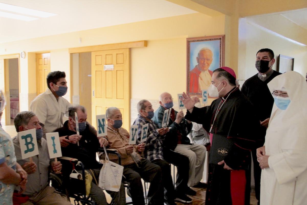 """El P. Manuel Dorantes y Mons. Carlos Samaniego en la Casa Hogar para Ancianos Desamparados """"Isabel la Católica"""". Foto: Alejandro García"""