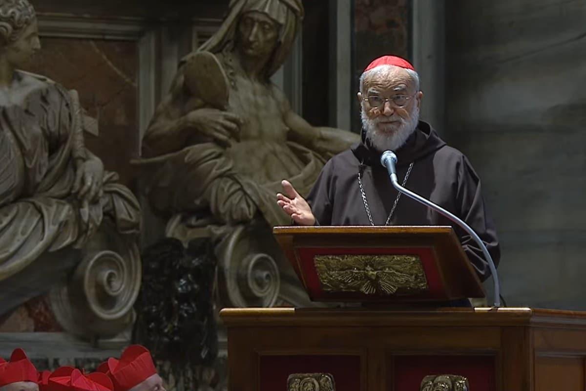 Cardenal Raniero Cantalamessa en la celebración de la Pasión del Señor.