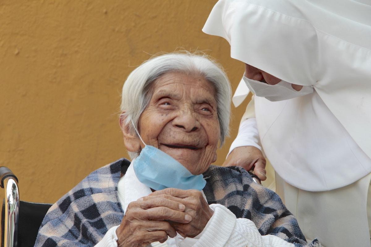 Religiosas oran a San José por sus viejitos y reciben providencial donativo