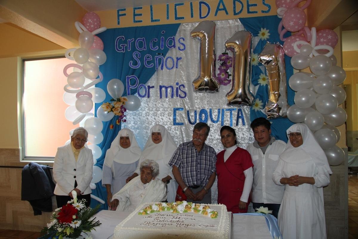La festejada con algunos de sus cuidadores. Foto: Alejandro García/ Desde la fe.