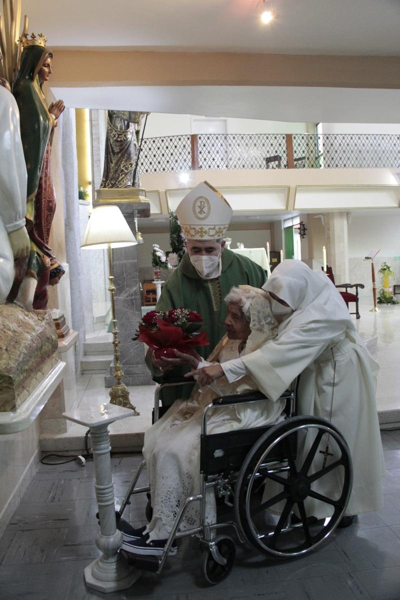 Cuquita, junto con el Obispo Auxiliar ofreció flores de la Virgen de Guadalupe y a San Juan Diego. Foto: Alejandro García/Desde la fe.