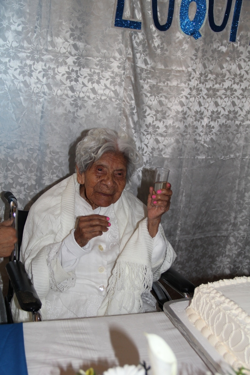 Cuquita celebró sus 111 años con tequila. Foto: Alejandro García/Desde la fe.