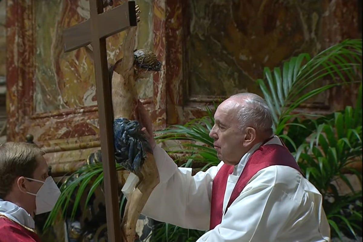 El Papa Francisco en la Adoración de la Cruz.