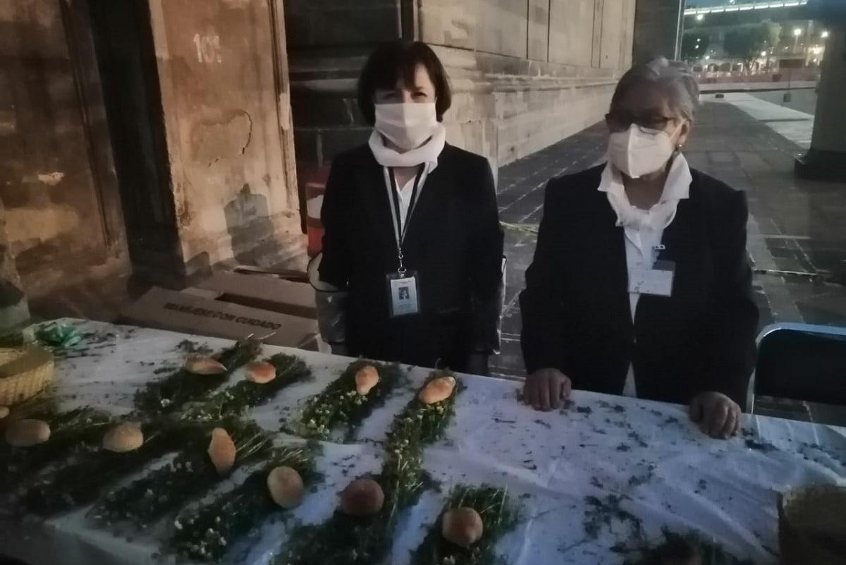Al término de la Misa en Jueves Santo se entregó una ofrenda de pan bendito y manzanilla.