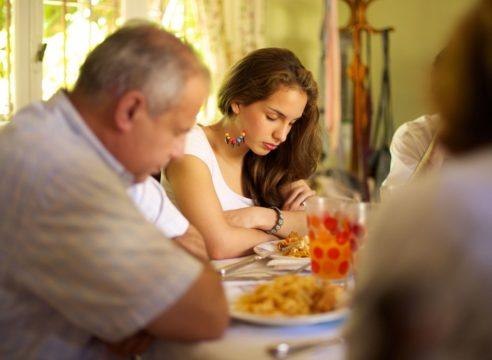 Oración para bendecir la mesa antes y después de comer