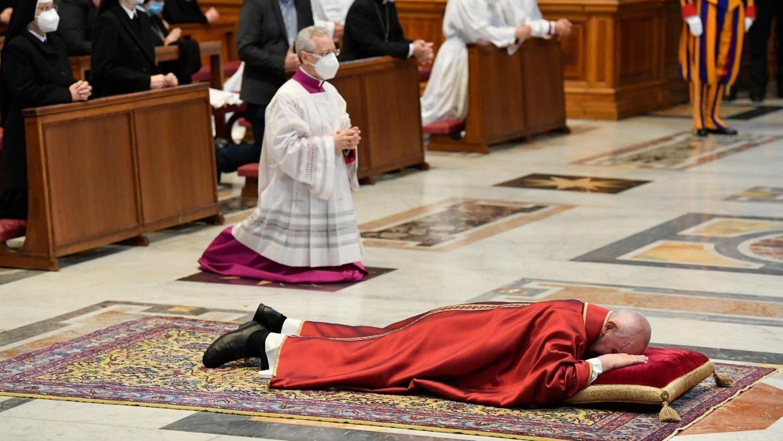 El Papa Francisco se postró ante el altar, en la celebración de la Pasión del Señor.
