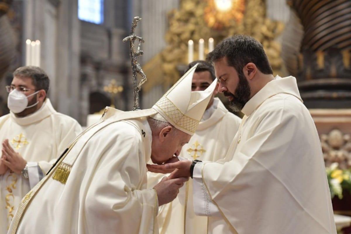 El Papa Francisco besa la mano de uno de los nueve neopresbíteros. Foto: Vatican Media