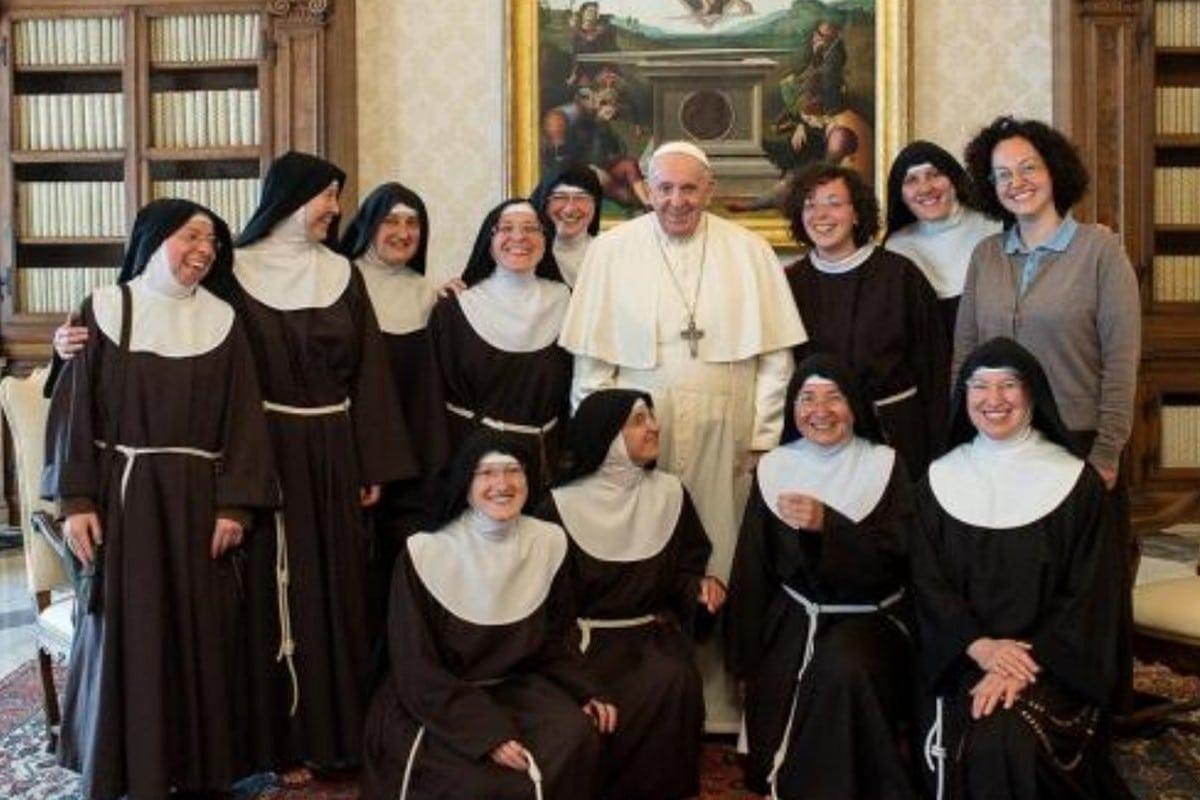 El Papa Francisco con las hermanas Clarisas de Paganica. Foto: Vatican Media.