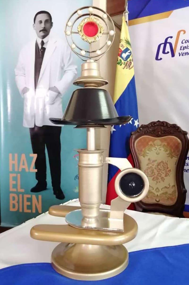 Para las Arquidiócesis, Diócesis y Vicariatos Apostólicos de Venezuela fueron preparados 40 relicarios en forma de microscopio y con detalles del beato, como su sombrero. Foto. Conferencia Episcopal Venezolana.