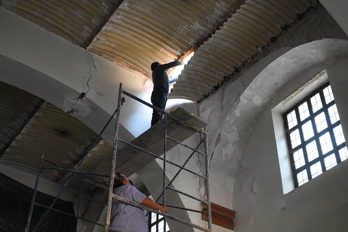 Con recursos de la comunidad, la Parroquia de San Jerónimo lleva a cabo el retiro del plafón. Foto: Ricardo Sánchez/DLF