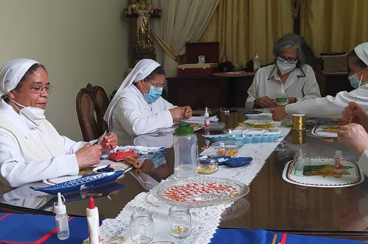Las hermanas Siervas de Jesús confeccionaron las 160 reliquias. Foto: Últimas Noticias Venezuela.