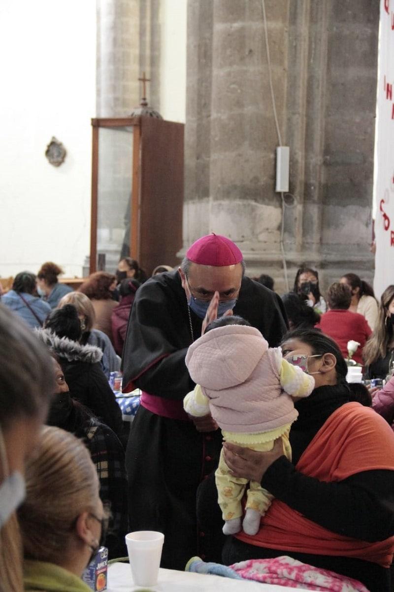 Mons. Salvador González, Obispo Auxiliar, bendice a uno de los asistentes. Foto: Alejandro García/Desde la fe