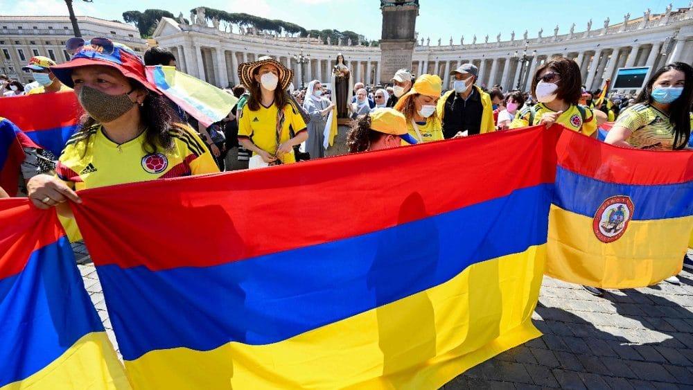 Peregrinos de Colombia en la Plaza de San Pedro en el Vaticano. Foto: Vatican Media/ Archivo