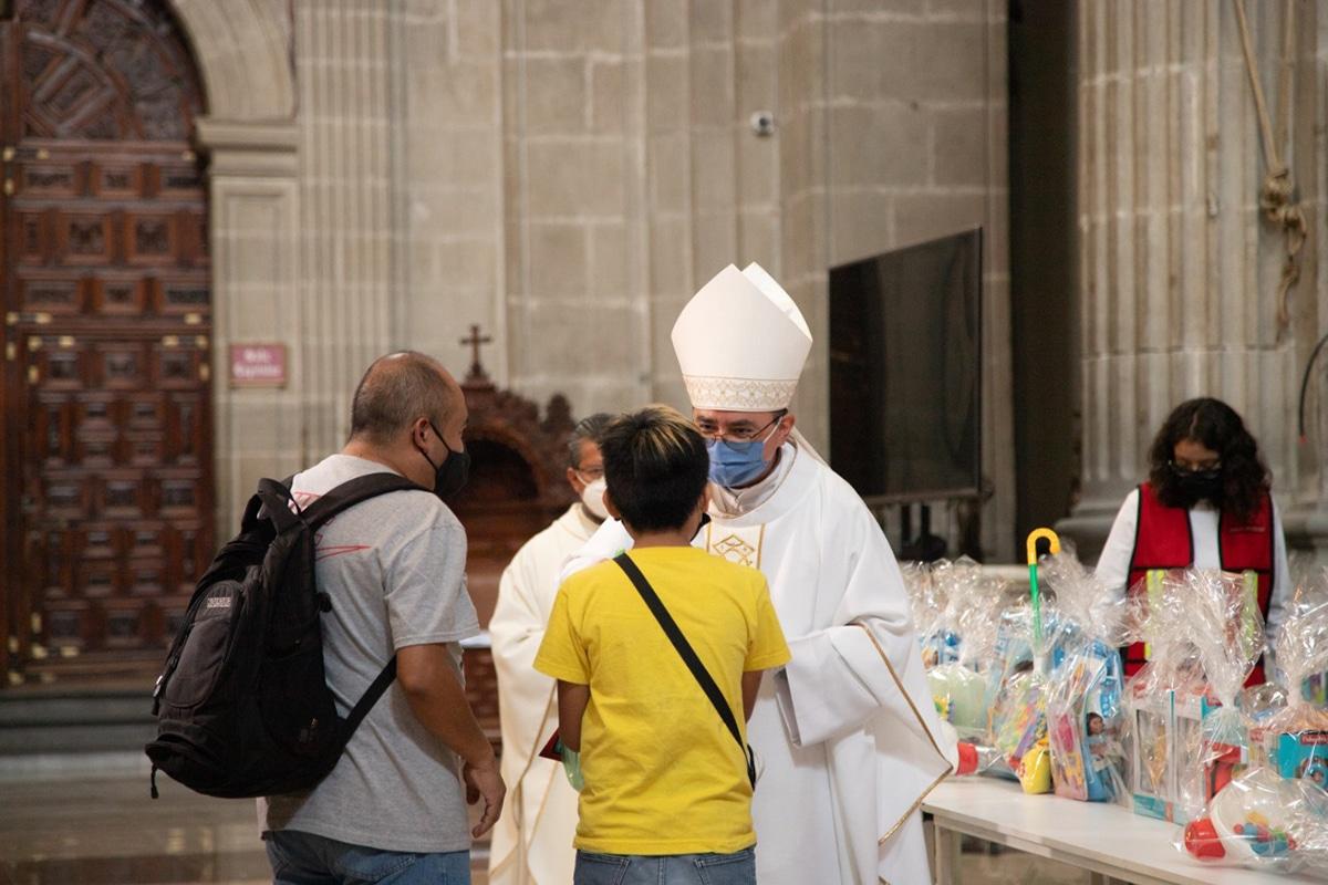 Entrega de juguetes por el Día del Niño en la Catedral de México. Foto: María Langarica.