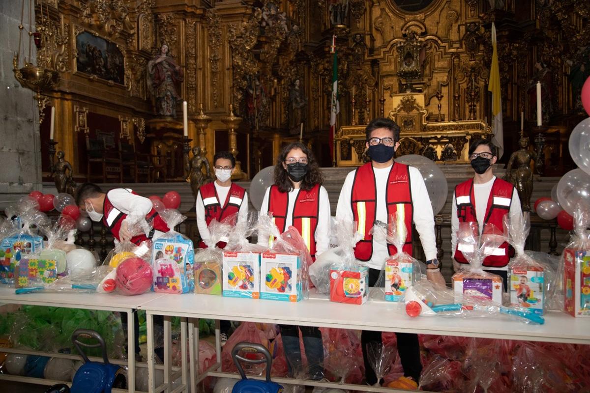 Voluntarios participan en el Juguetón 2021 en la Catedral Metropolitana. Foto: María Langarica.