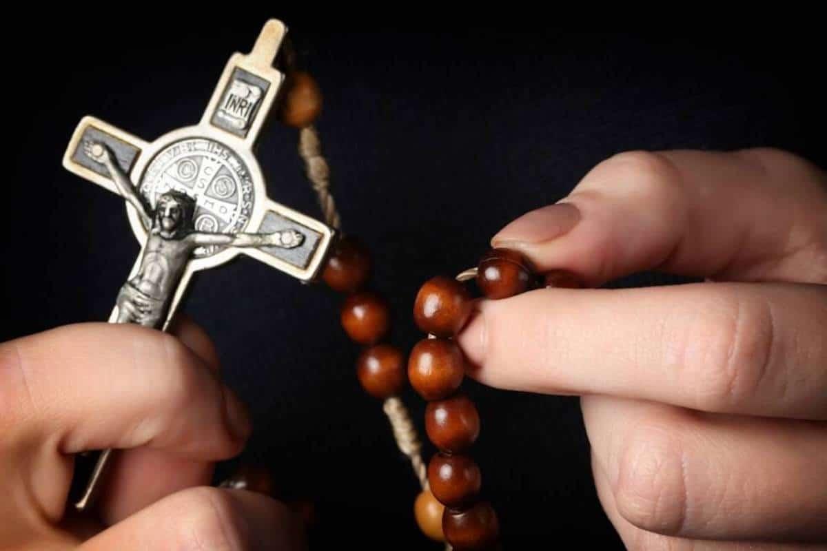 Exorcista con crucifijo y rosario / Foto: Especial