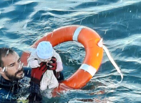 Un bebé rescatado del mar muestra el drama de los migrantes en Europa