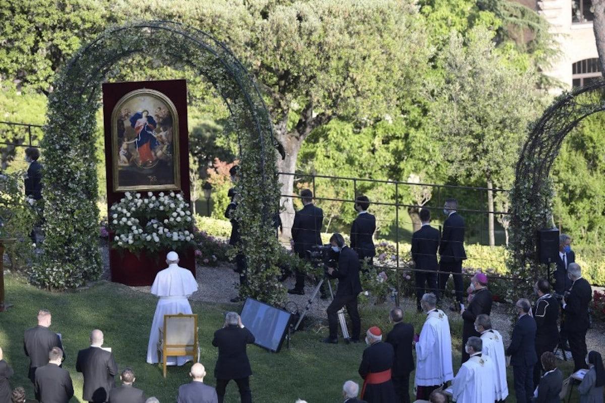 El maratón del rezo del Rosario de mayo 2021 concluyó en los Jardines Vaticanos. Foto: Vatican Media
