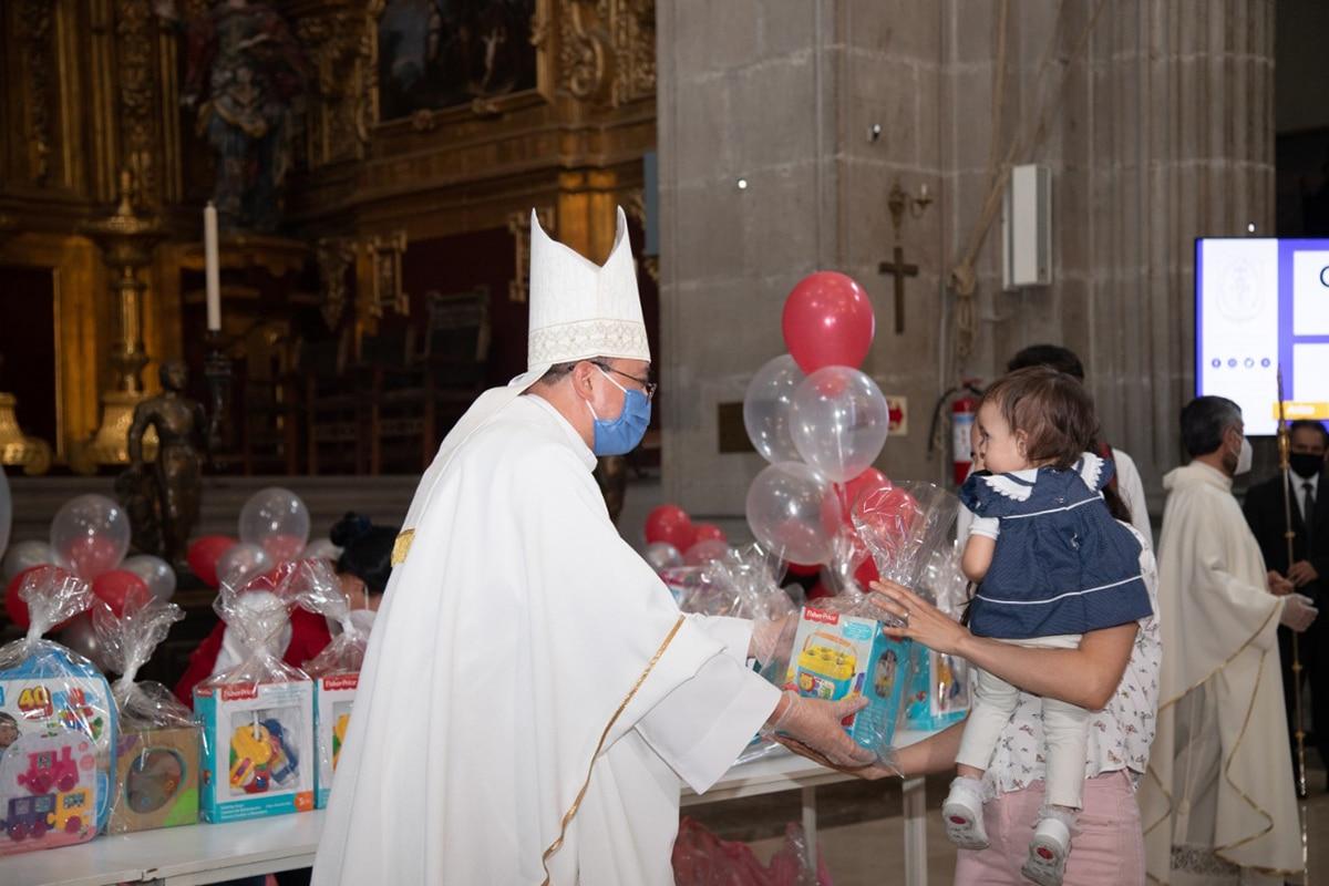 El Obispo Auxiliar, monseñor Salvador González entrega uno de los juguetes del Juguetón 2021 por el Día del Niño. Foto: María Langarica.