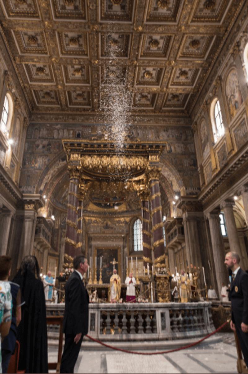 Lluvia de pétalos de flores en la Basílica de Santa María la Mayor. Foto: Daniel Ibáñez