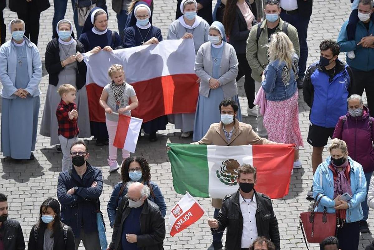 Un fiel mexicano en la plaza de San Pedro para el Regina Coeli del 2 de mayo de 2021. Foto: Vatican News.