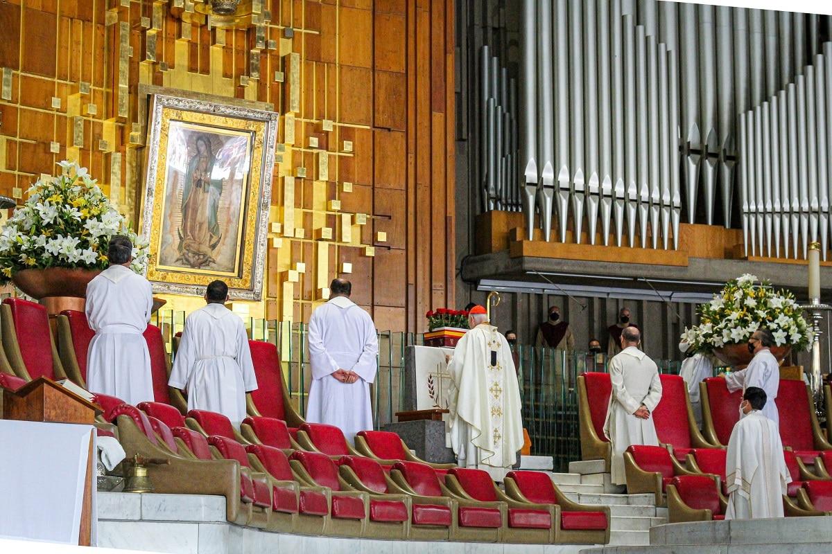 Oración ante la Virgen de Guadalupe durante la Misa dominical. Foto: Basílica de Guadalupe/Cortesía.