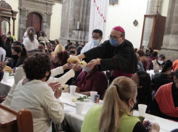 Con desayuno y flores, Iglesia festeja a 200 mamás vulnerables