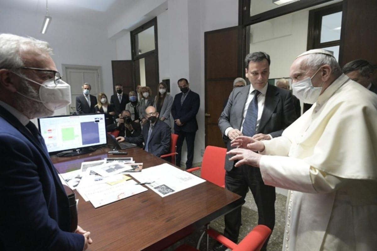 El Papa Francisco durante una visita al dicasterio para la Comunicación. Foto: Vatican Media.