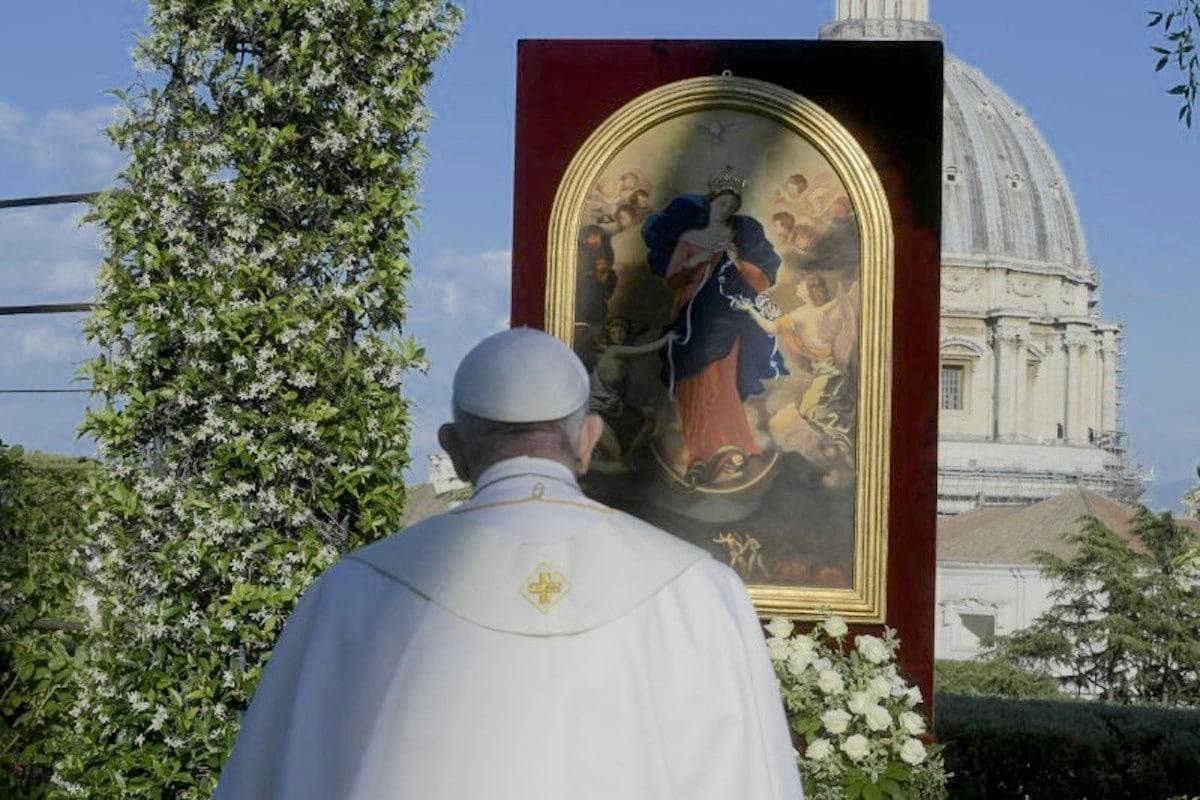 El Papa Francisco rezó el Rosario frente a una imagen de la Virgen Desatanudos. Foto: Vatican Media