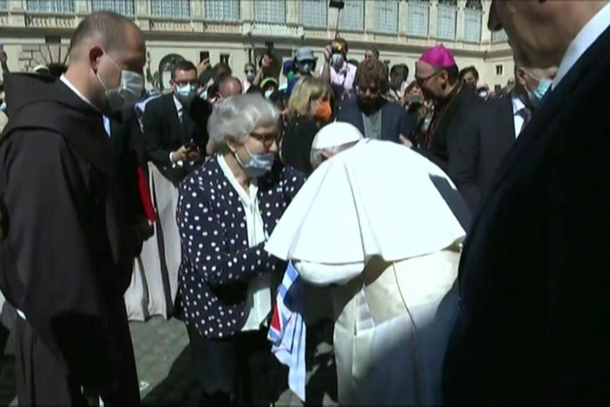El Papa Francisco besa el brazo de Lidia Maksymowicz. Foto: Vatican Media.