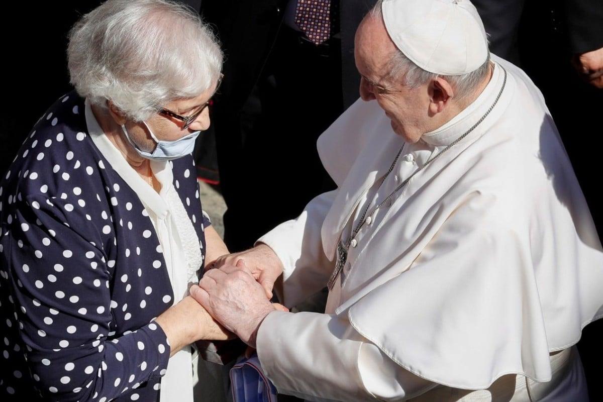 El Papa Francisco dialoga con Lidia Maksymowicz. Foto: Vatican Media.
