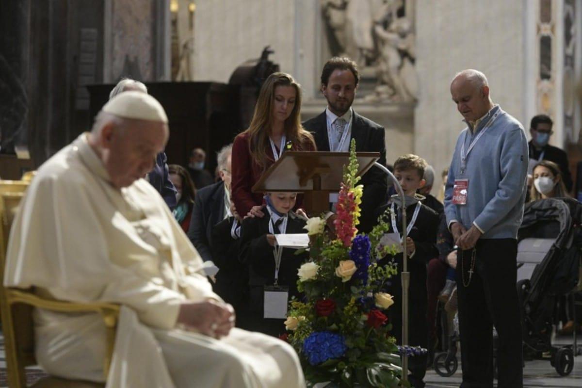 Niños, jóvenes y adultos participaron en el Rosario por el fin de la pandemia. Foto: Vatican Media.